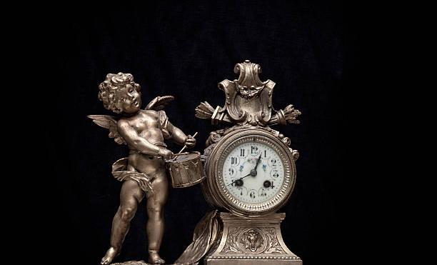 Ángel y reloj - foto de stock