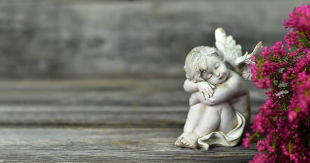 Engel und Blumen auf Holzhintergrund – Foto