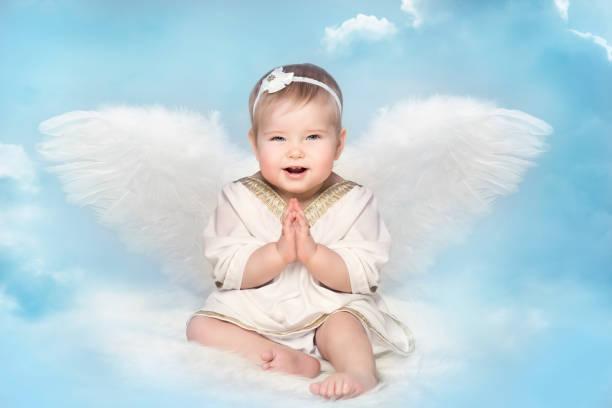 Alas de Angel Baby Amur, niño Cupido en Blur cielo, retrato de niña feliz - foto de stock