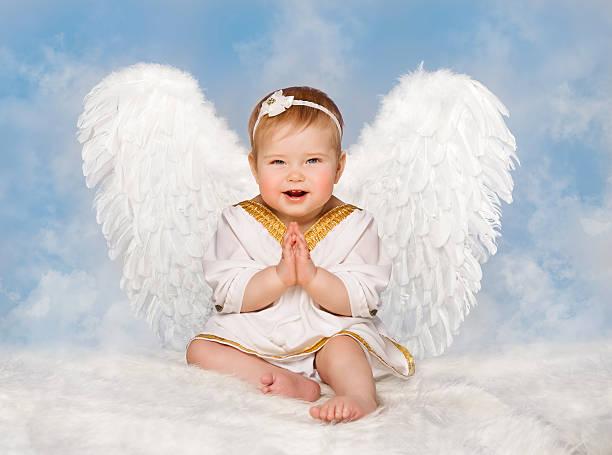 Anioł dziecko skrzydła, Orzeł wśród Amor Toddler dziecko, dziecko Clasped ręce – zdjęcie
