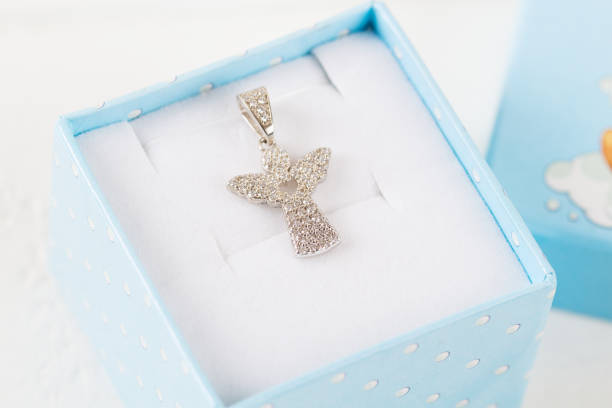 engel-diamant-anhänger - geschenk zur taufe stock-fotos und bilder