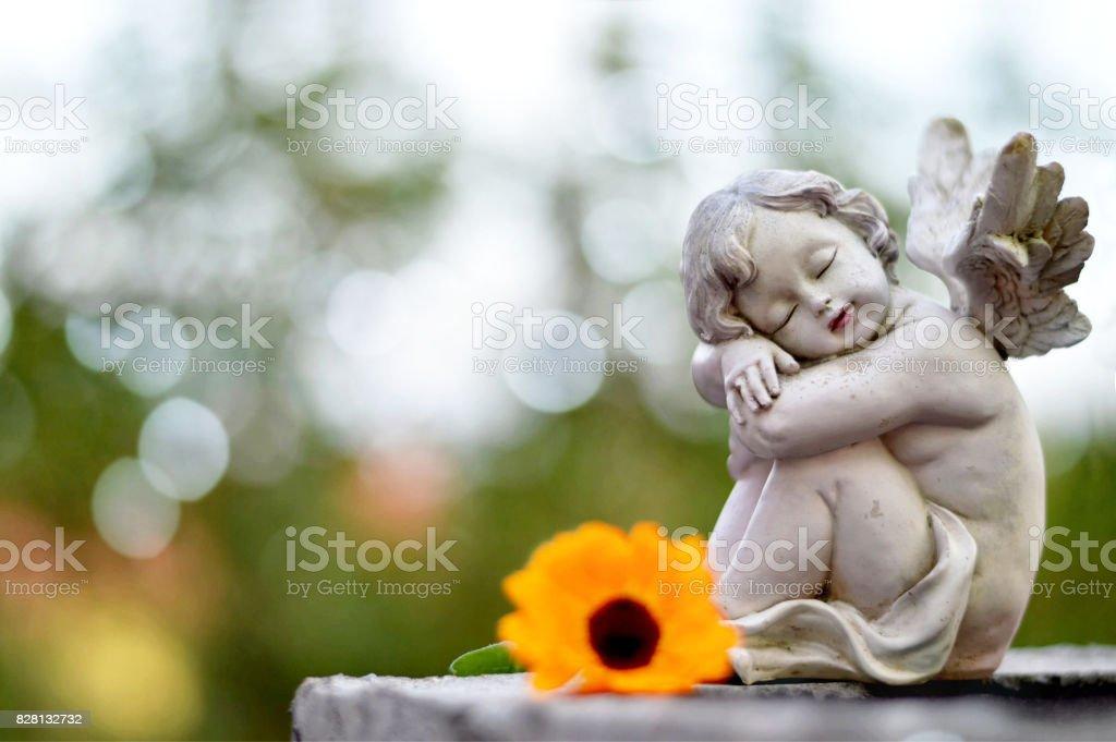Engel Schutzengel schlafen auf dem Grab – Foto