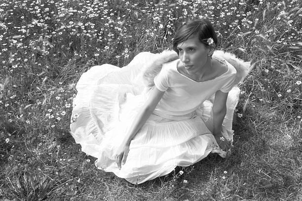 angel en el campo una chica joven vestida de angel en el campo alas stock pictures, royalty-free photos & images