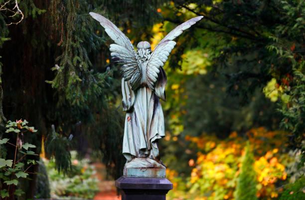 engel skulptur auf dem melaten-friedhof, köln - waldfriedhof stock-fotos und bilder