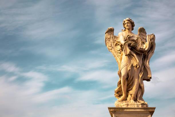 Estatua del ángel de Bernini a lo largo del puente de Sant'Angelo en Roma - foto de stock