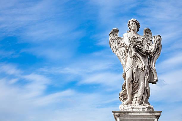 Angel statue by Bernini along Sant'Angelo bridge in Rome - foto de stock