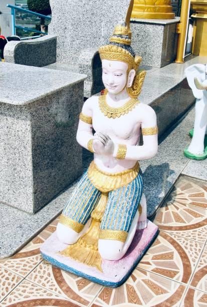 engel-statue im keereewong tempel, nakornsawan thailand - buddha figuren kaufen stock-fotos und bilder