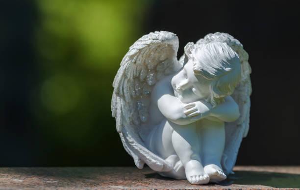 Estatua del ángel en lápida - foto de stock