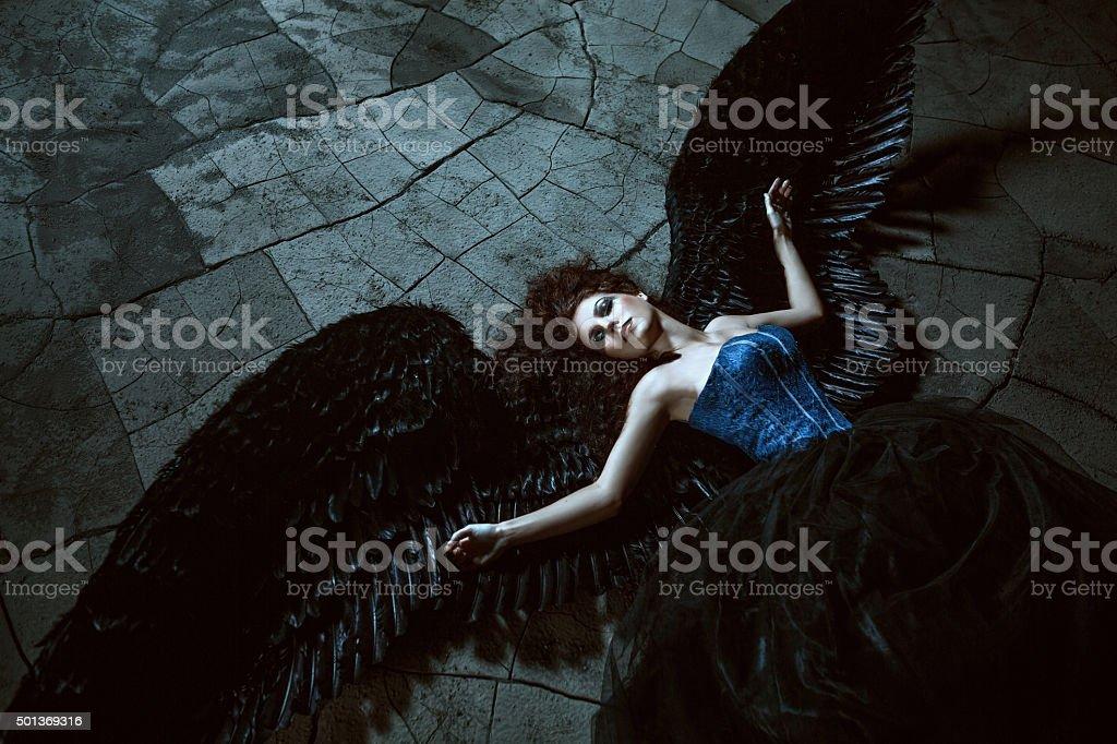 Negro con alas de ángel - foto de stock