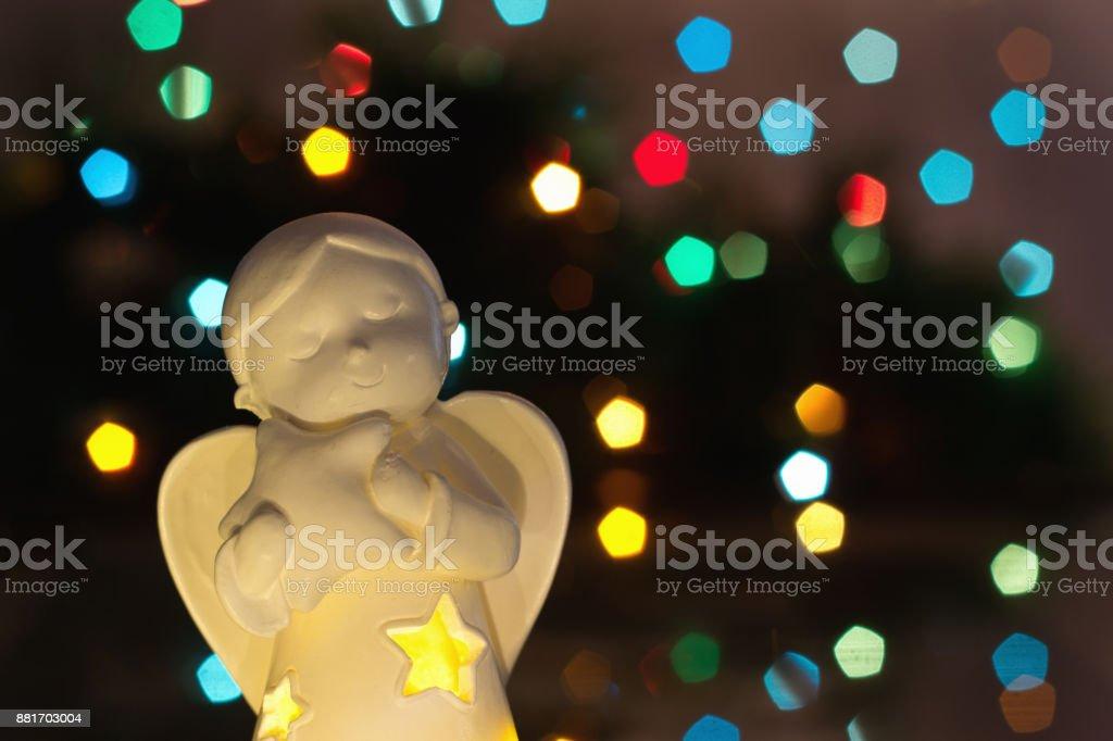Weihnachtsbeleuchtung Engel.Engel Mit Weihnachtsbeleuchtung Im Hintergrund Stockfoto Und Mehr