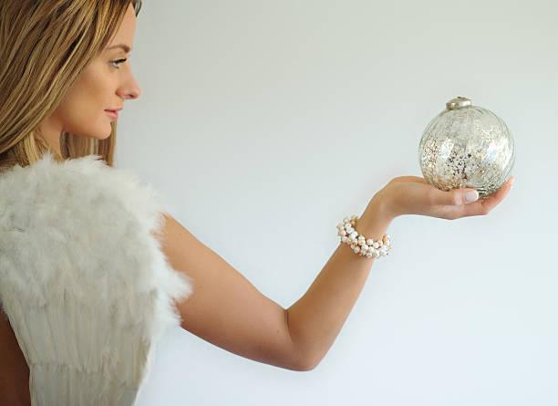 engel mit dekorativen kugel in der hand - schmuck engel stock-fotos und bilder