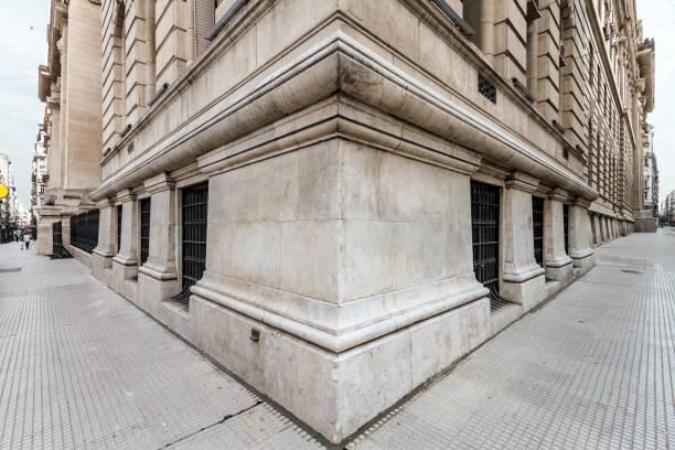 両方の歩道付き新古典主義の建物のコーナーの角度 ストックフォト
