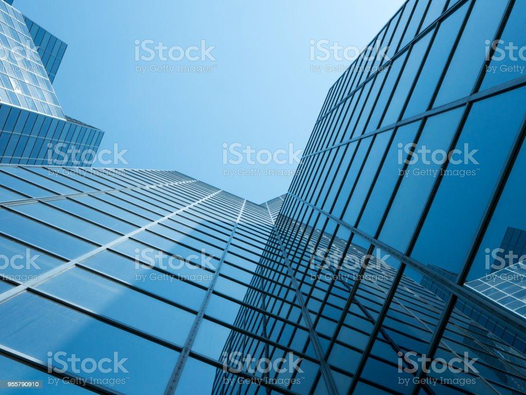 Ansicht der modernen Gebäude mit einem klaren blauen Himmel im Hintergrund – Foto