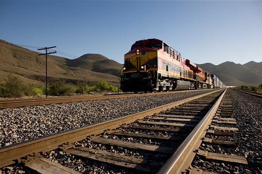 Angled View Of Train Tracks With Oncoming Freight Train-foton och fler bilder på Affärsresa