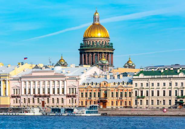 angliyskaya (het engels) dijk en koepel van st. de kathedraal van isaac, st. petersburg, rusland - neva stockfoto's en -beelden