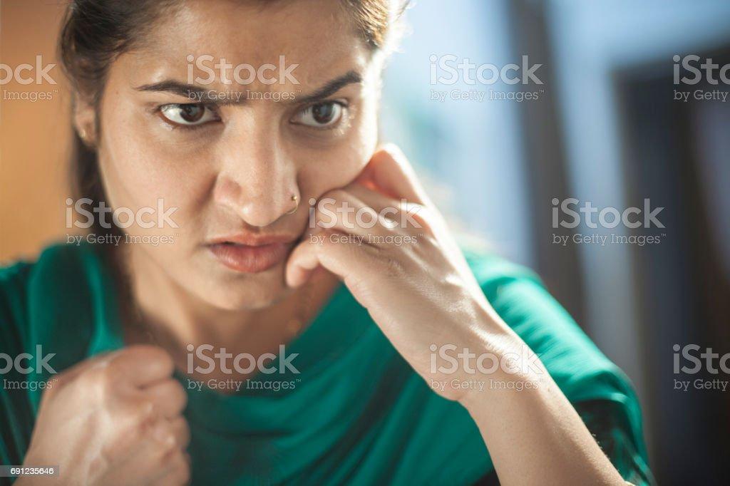 Mulher jovem irritada e frustrada. - foto de acervo