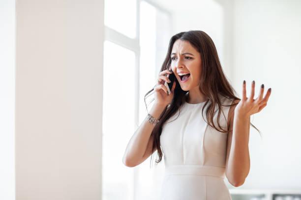 Schöne Frau wütend schreit in Handy – Foto