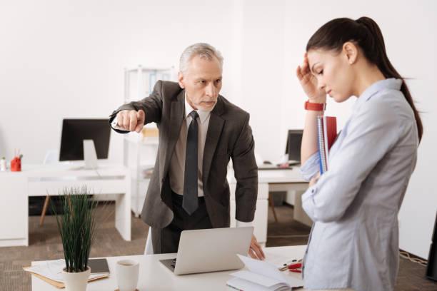 wütend chef gegenüber seinem sekretär - kündigung arbeitsvertrag stock-fotos und bilder