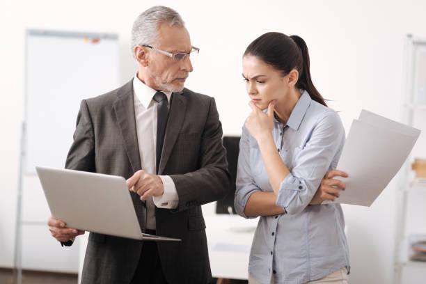 wütend chef mit laptop während der arbeit - kündigung arbeitsvertrag stock-fotos und bilder