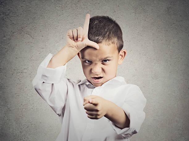 wütende junge zeigt verlierer schild - fails zum thema eltern stock-fotos und bilder
