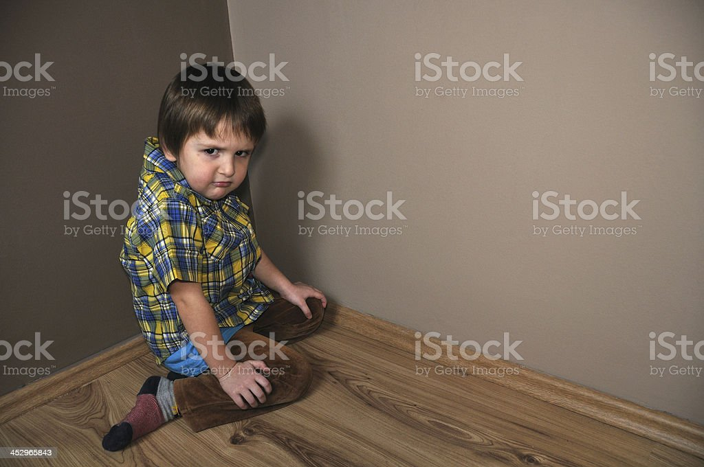 Wütende Junge in der Ecke – Foto