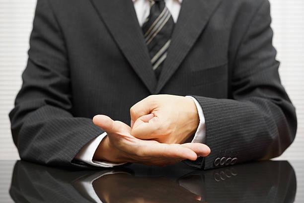 Wütend Geschäftsmann eine Faust auf Tagung – Foto