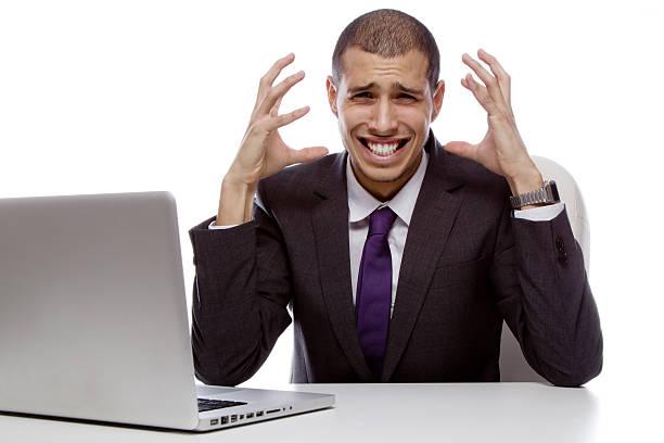 Wütend Geschäftsmann mit computer – Foto