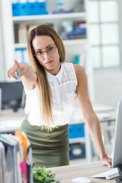 wütend geschäftsfrau zeigte auf die tür - brille bestellen stock-fotos und bilder