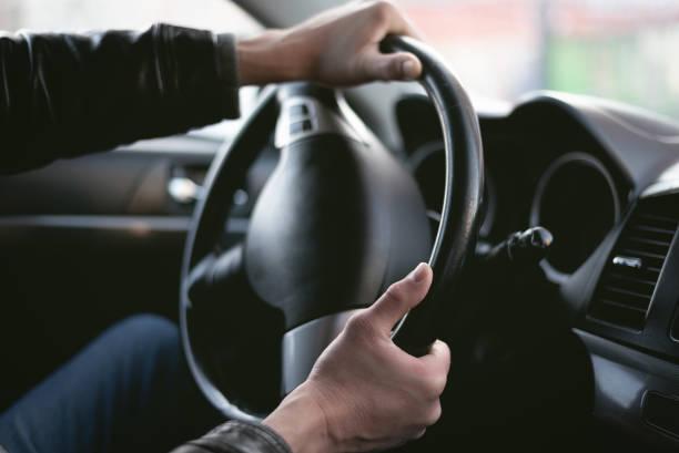 conductor enojado. - volante fotografías e imágenes de stock