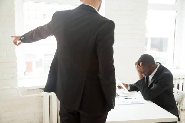 wütend, dass arbeitgeber fragen afroamerikanischen arbeiter verlassen gefeuert - vorurteil stock-fotos und bilder