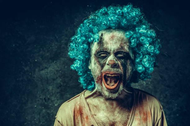 wütend halloween clown - brüllender tod stock-fotos und bilder