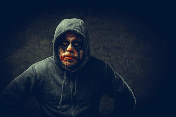 wütender halloween-clown - brüllender tod stock-fotos und bilder