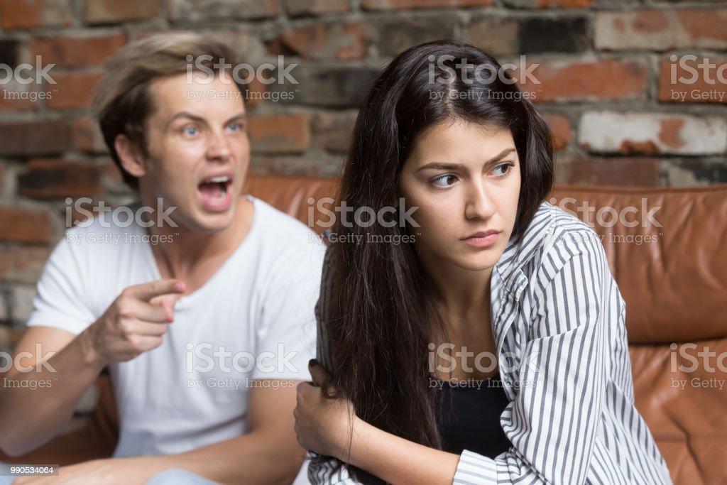 Marido furioso gritando com a mulher, culpando-a por mal-entendido de relacionamento - foto de acervo
