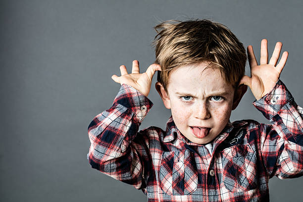 화가 작은 브래트 즐기는 a 얼굴을 만드는 에 대한 잘못된 행동 - 악한 뉴스 사진 이미지