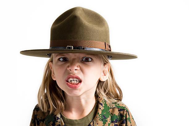 wütende kleines mädchen! - camouflagekleidung mädchen stock-fotos und bilder