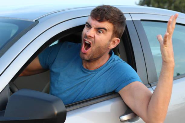 homme fâché conduisant une voiture - homme faire coucou voiture photos et images de collection