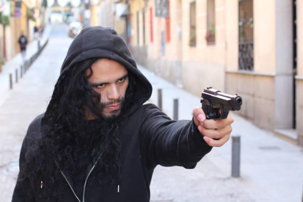 Homem irritado segurando uma arma - foto de acervo