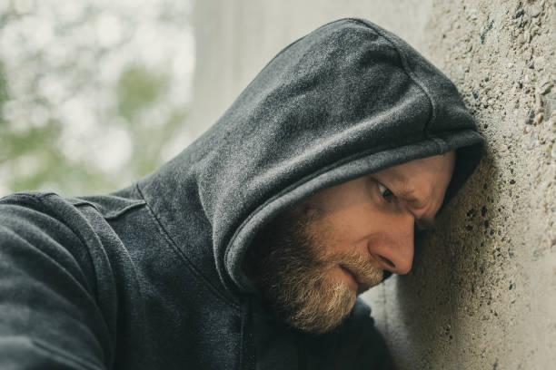 Zorme Mann lehnte den Kopf gegen eine Wand – Foto