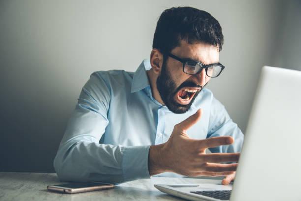 Verärgerter Mann mit Computer – Foto