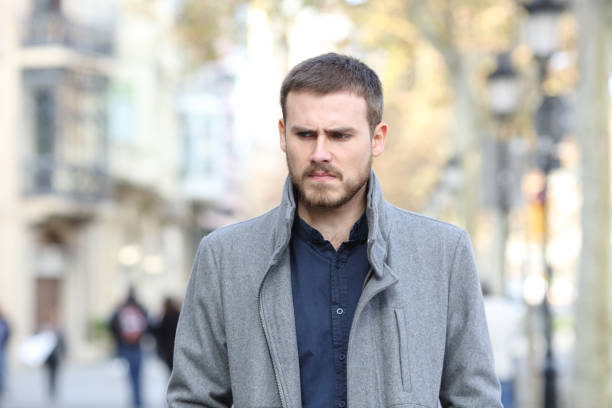 Verärgerter Mann auf der Straße – Foto