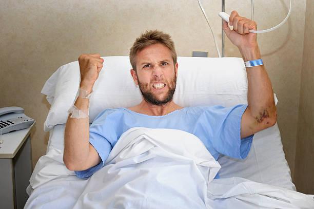 Verärgert patient Mann am Krankenhaus Bett Bügeln Krankenschwester Rufknopf – Foto