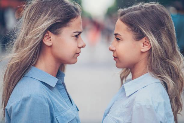 wütend sisters - zwillinge stock-fotos und bilder