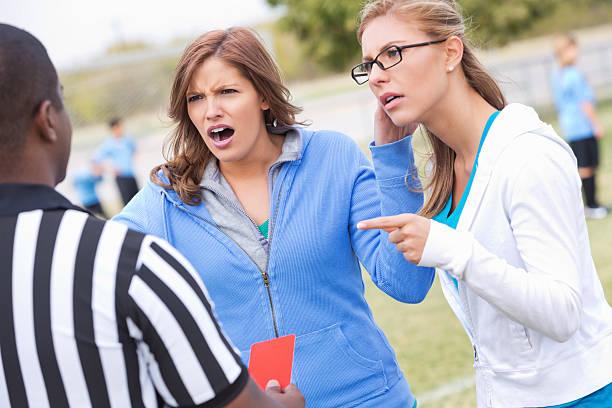 Colère les mamans yelling Arbitre de football au cours de jeu pour enfants - Photo