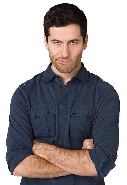 wütend junger mann, schaut in die kamera, arme verschränkt - kurze schwarze haare stock-fotos und bilder