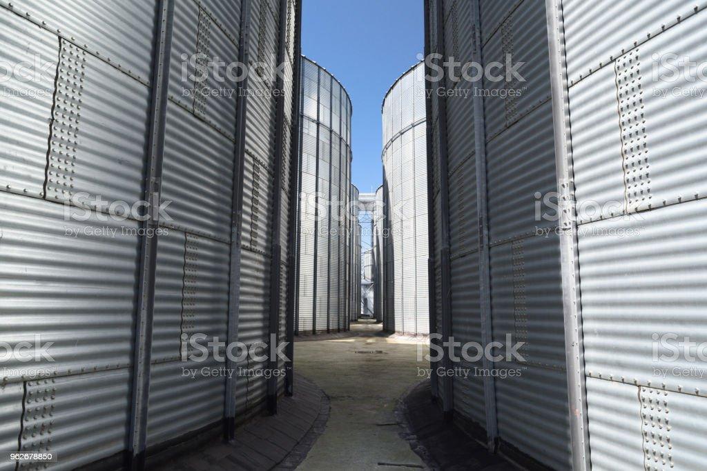 Fábrica de ração animal. Recipientes de metal grandes para grãos. Tecnologia de armazenamento modernos agro-indústria - foto de acervo