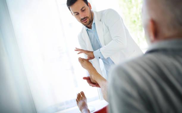 足首の検討。 - 脛 ストックフォトと画像