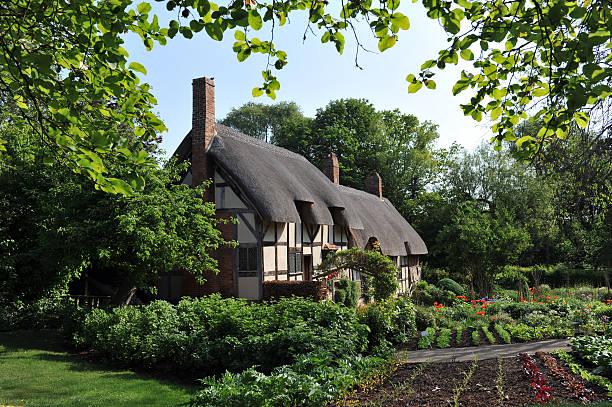 anne hathaway's cottage - strohdach stock-fotos und bilder