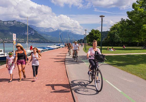 Annecy, Francia. Turisti in bicicletta percorso intorno al lago - foto stock