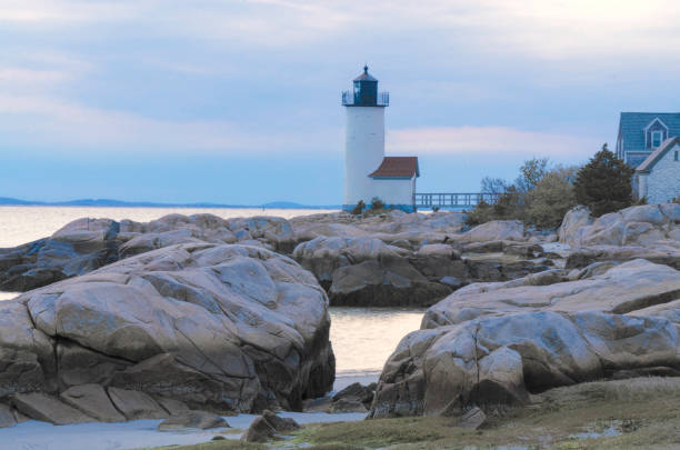 Annisquam Harbor Light at Sunset Lighthouse in Gloucester, Massachusetts on a rocky coastline at sunset gloucester massachusetts stock pictures, royalty-free photos & images