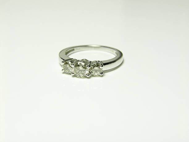 jubiläums-ring - verlobungsring 3 steine stock-fotos und bilder
